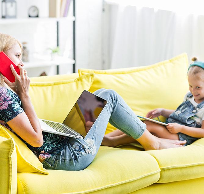 ماں اور بیٹی کا استعمال کرتے ہوئے نورڈسک ٹی وی باکس